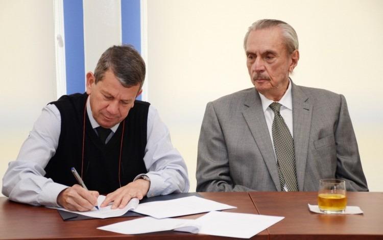 luis_paulino_mendez_y_dueño_de_la_torre_firmando_contrato_
