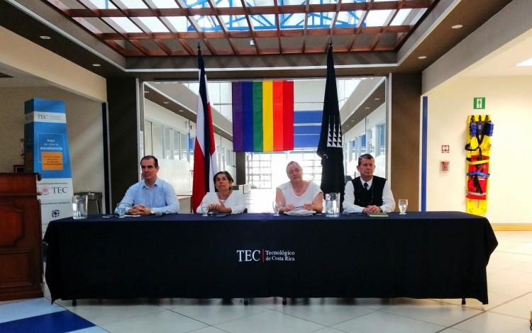 imagen de los cuatro candidatos a la rectoria, en foro en Limón.