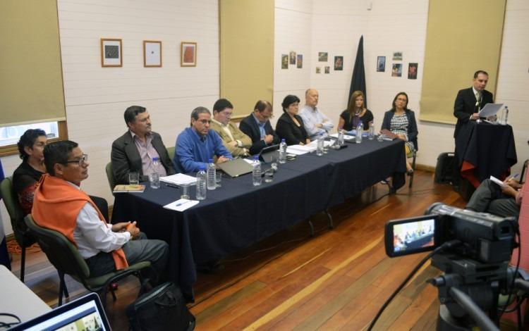 Se muestra la sala de la Casa Cultural, con los candidatos sentados en una mesa larga.