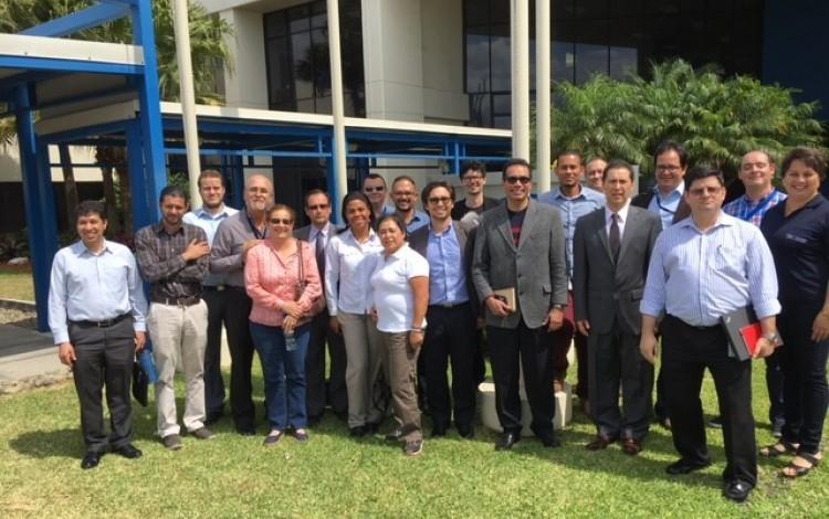 Grupo de profesores en visita al Centro de Innovación de Intel