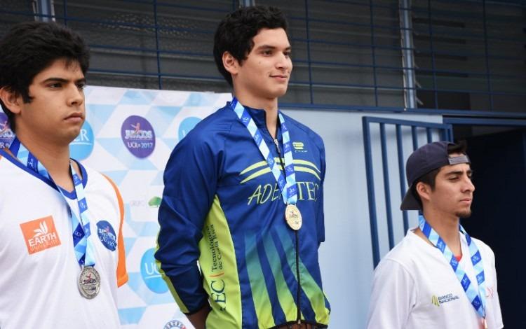 atleta_del_tec_posando_con_medalla_