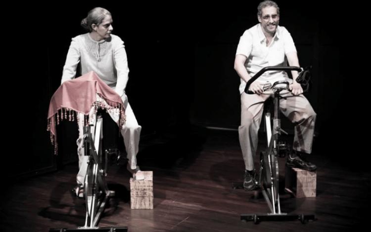 escena_de_la_obra_ancianos_pedaleando_en_bicicleta_estacionaria_