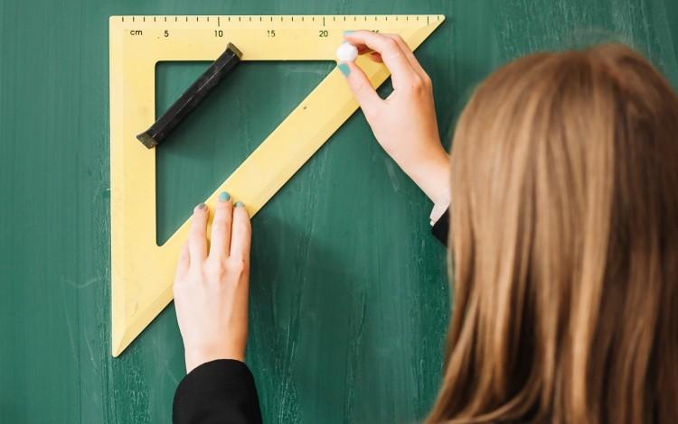 mujer usando regla geométrica