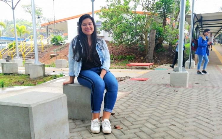 Imagen de una estudiante sentada en Plaza Azul.