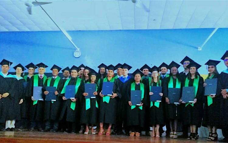 La fotografía muestra la última generación de graduados del Centro Académico de Limón.