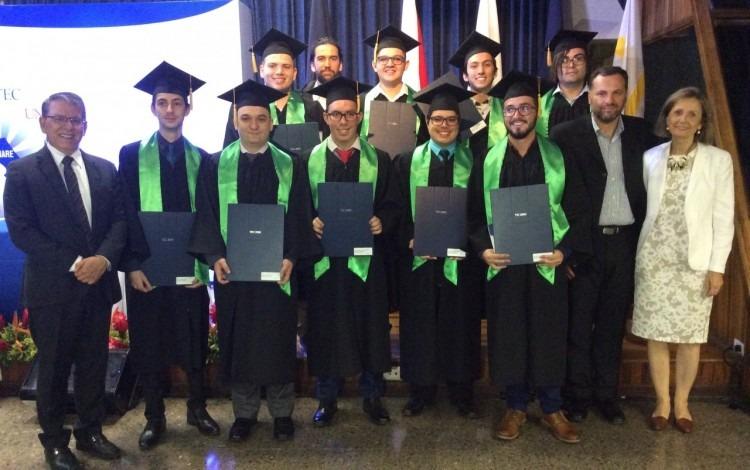personas graduadas posan con su título y toga