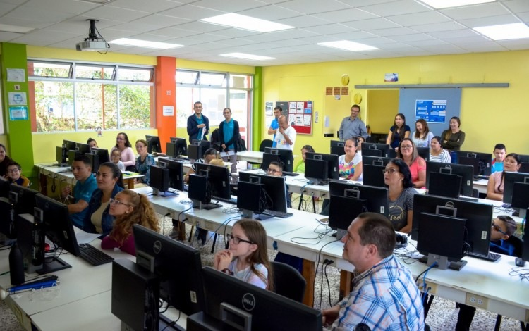 niños-sentados-frente-a-computadoras-