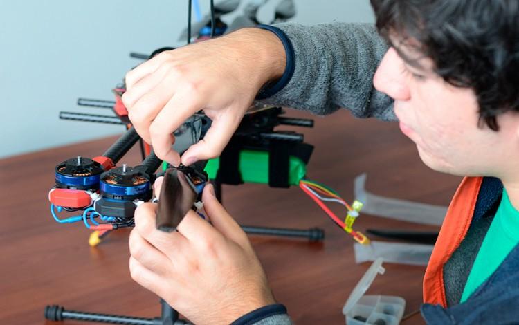 joven manipulando elementos electrónicos