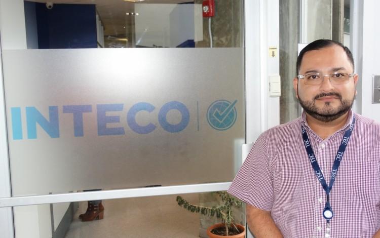 Marco Alvarado frente a un rótulo de Inteco.