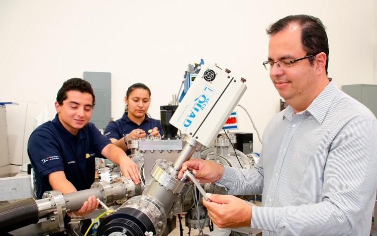 ivan vargas con estudiantes en laboratorio