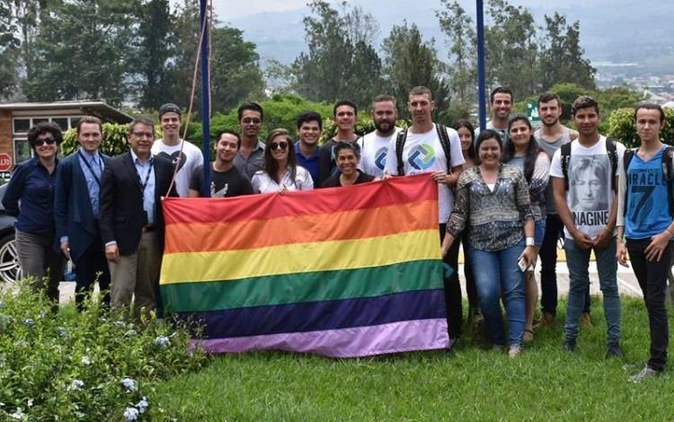 estudiantes_rector_posando_bandera_diversidad_