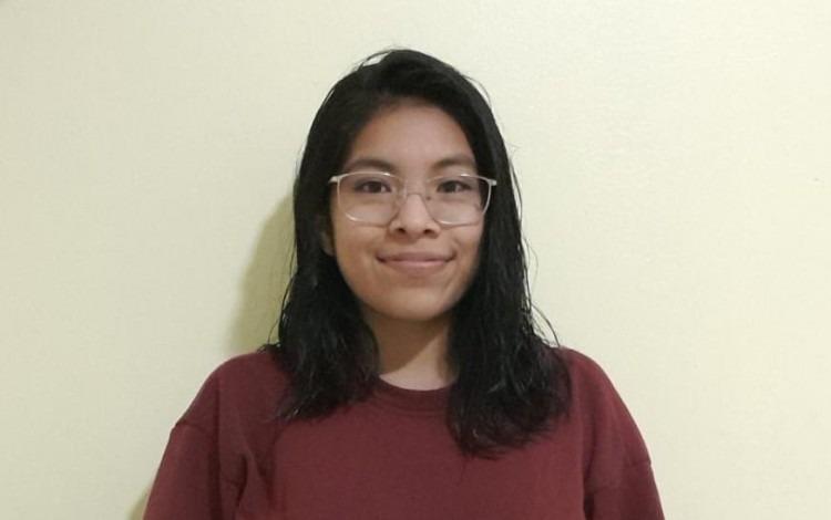 imagen de una joven posando para la fotografía.