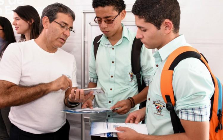 profesor_explicando_sobre_la_carrera_a_estudiantes_de_colegio_