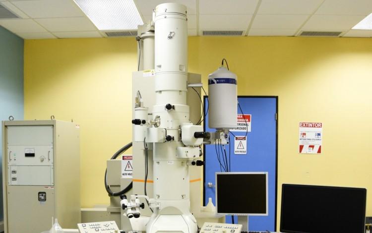 escritorio_con_microscopio_encima_laboratorio_de_microscopia_tec_cartago