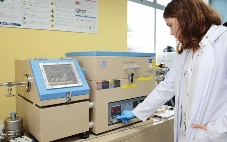 Persona utilizando aparato en laboratorio.