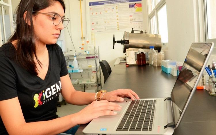 mujer en laboratorio frente