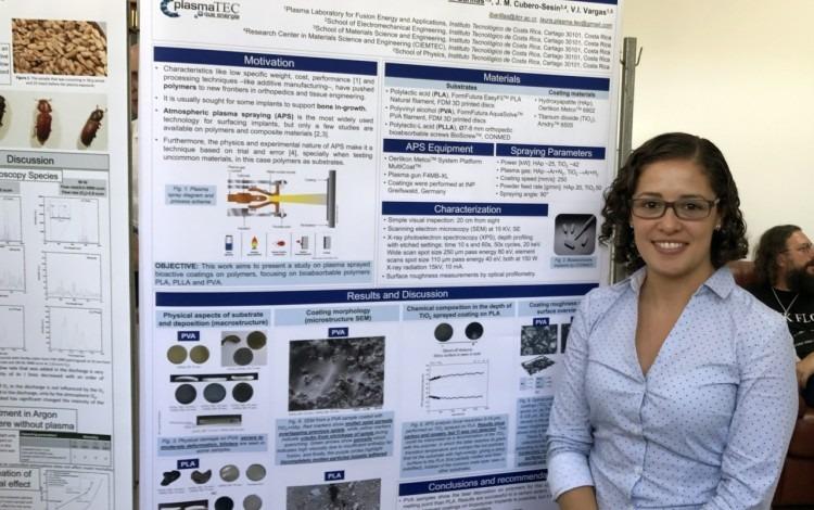 Laura Barillas junto al póster que presentó en Rumania.