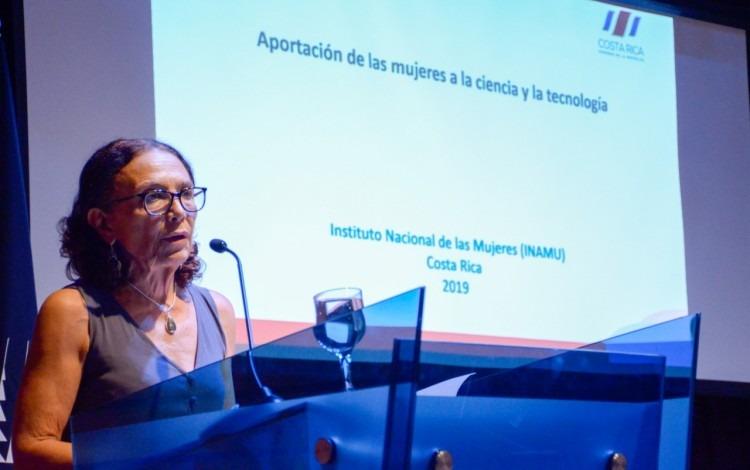 ministra hablando en un podio
