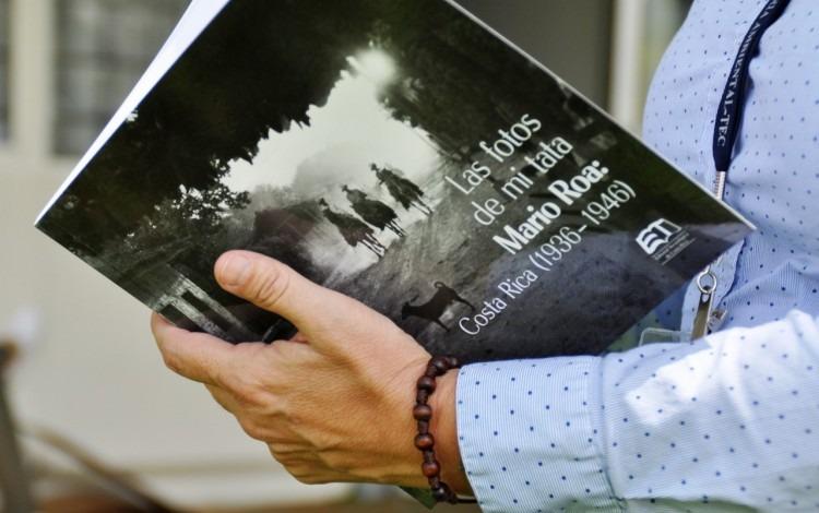 Imagen de un libro en las manos de una mujer