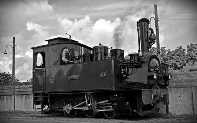 La fotografía muestra una locomotora de vapor.