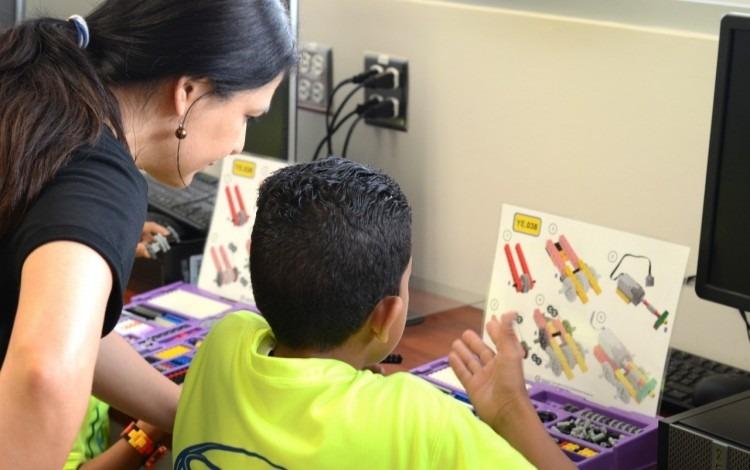 maestra_enseñando_a_niño_
