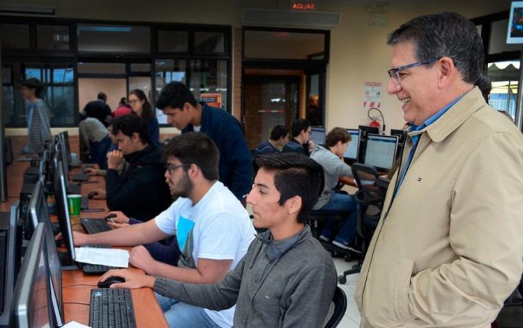 Rector Julio Calvo acompaña a Daniel acuña en proceso de matrícula en LAIMI II.