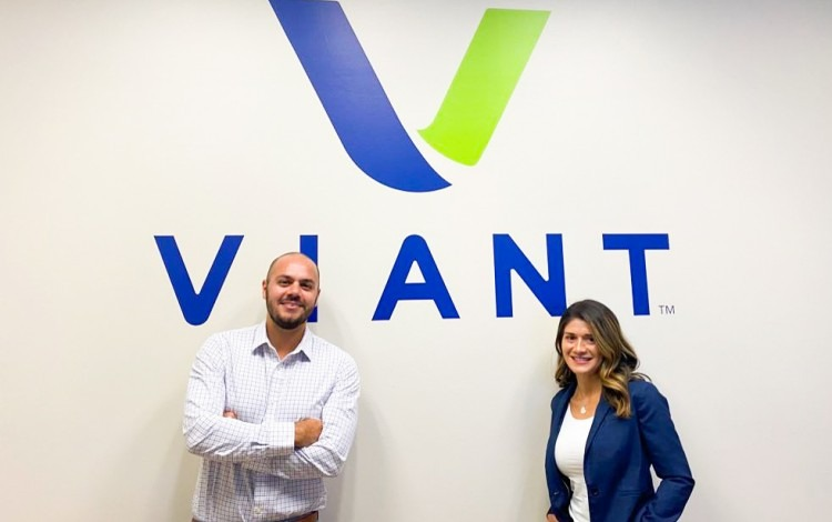 La foto muestra a Luis Quesada y Viria Carmona en la empresa Viant con sede en Michiga. (Fotografía: cortesía de Luis Quesada).