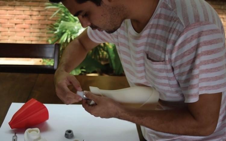 La maestría en dispositivos médicos es uno de los posgrados que se imparten en el TEC. En la imagen, el ingeniero Miguel Araya trabaja en un proyecto de prótesis. (Archivo OCM)