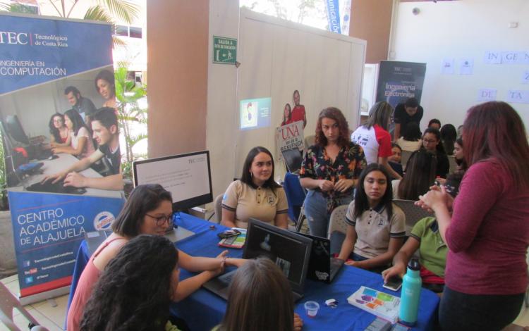 estudiantes_en_puesto_informacion_carreras_tec_