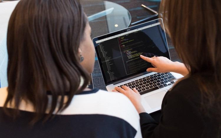 mujeres frente a computadora