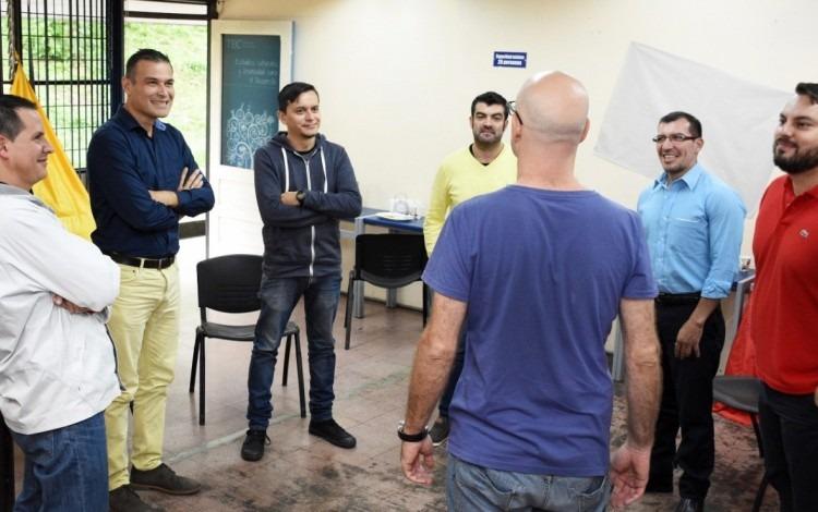 hombres_reunidos_conversando_