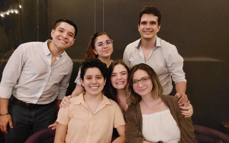 Grupo de jóvenes, en un amesa.