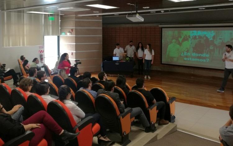 estudiantes_presentando_el_proyecto_