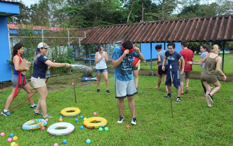 jovenes_jugando_en_zona_verde_del_tec_de_san_carlos_