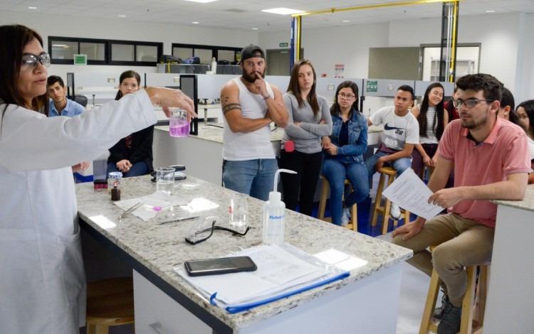 imagen de una profesora con varios estudiantes