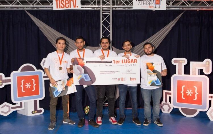 Imagen de  cinco estudiantes posando por el gane del Programathon 2018