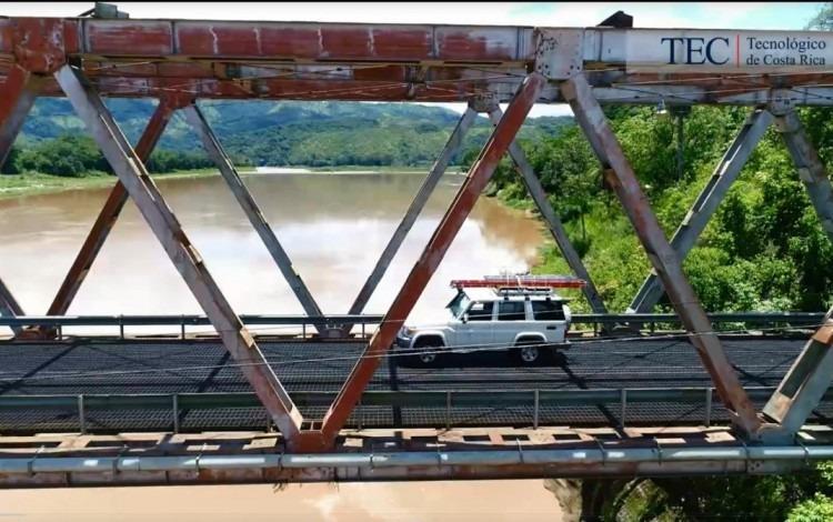 carro pasando por un puente