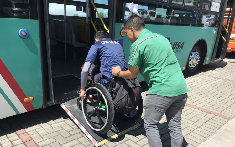 persona_silla_ruedas_subiendo_rampa_bus_