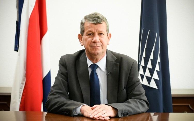 El rector con la bandera de Costa Rica, en su escritorio.