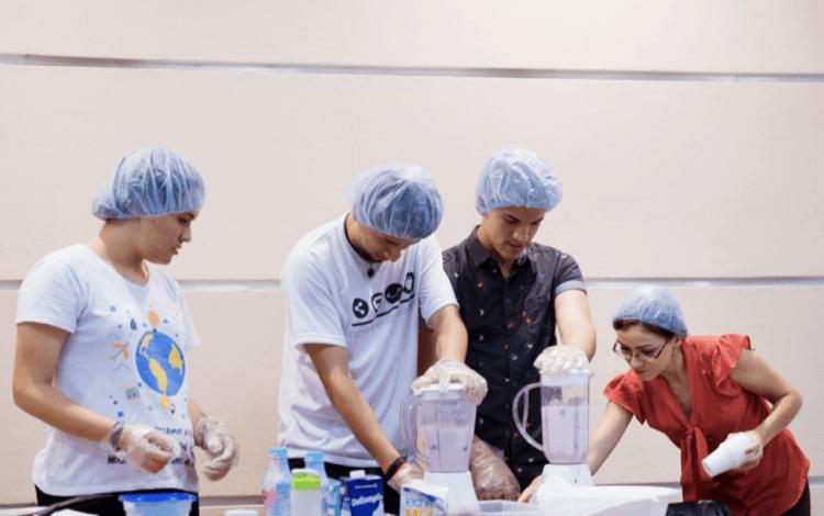 imagen de cuatro personas mostrando cómo se debe preparar una alimentación saludable.