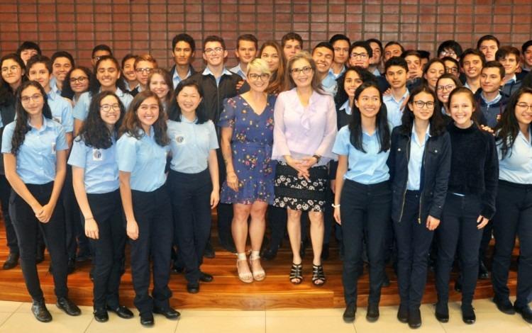 Sandra Cauffman posa junto a los estudiantes del Colegio Científico.