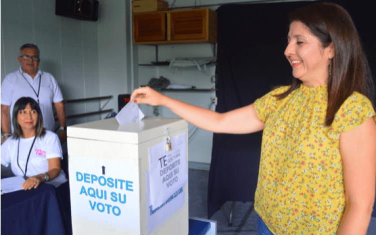 mujer emitiendo voto