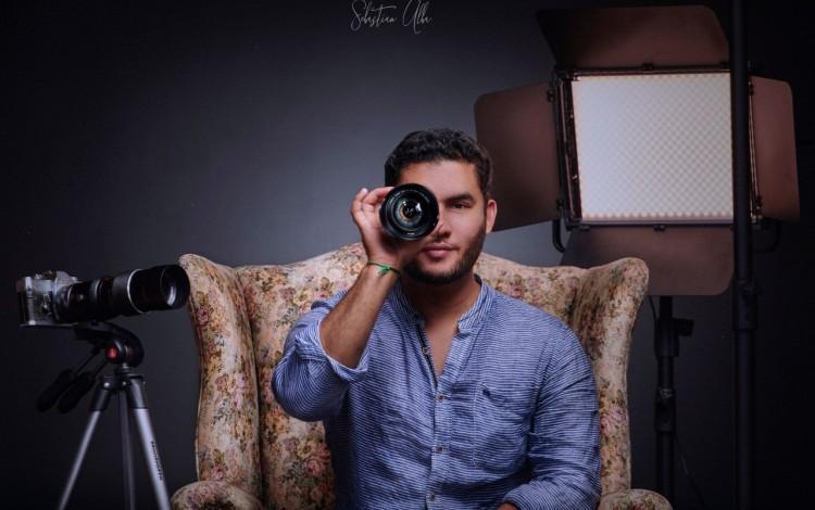 Imagen de un hombre con un lente de una cámara en su rostro