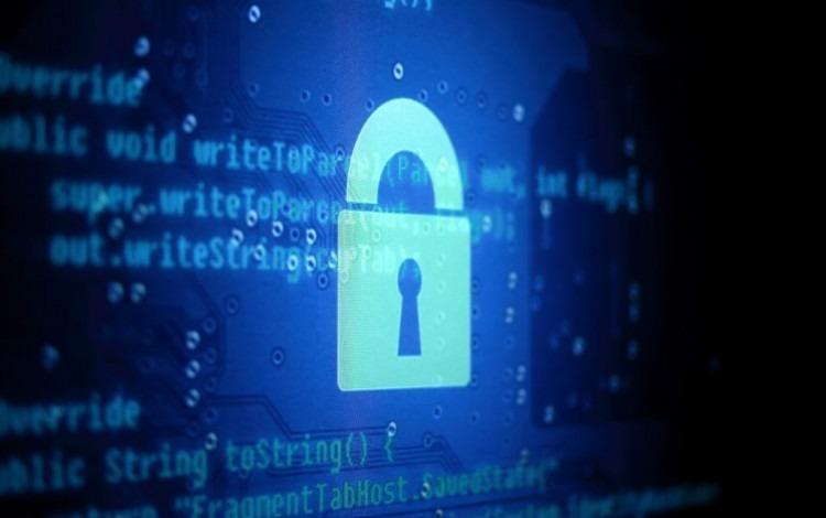 Diseño de un candado frente a una pantalla de código de computadora.