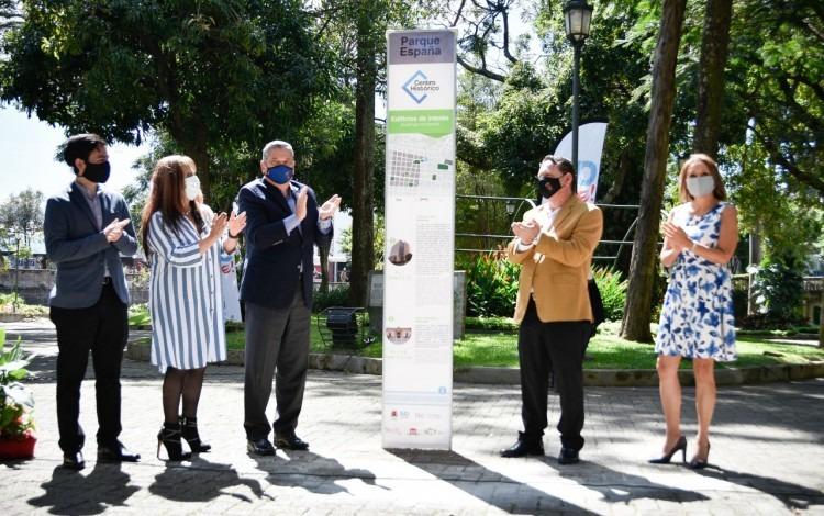 Varias autoridades posan con un tótem en el parque España.