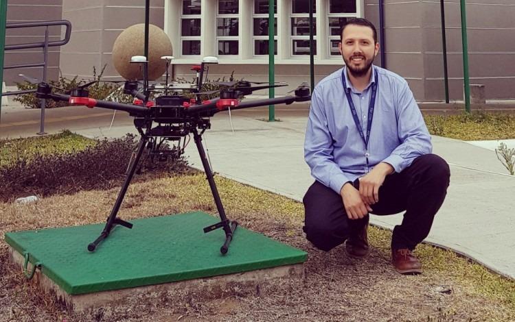 persona junto a un dron