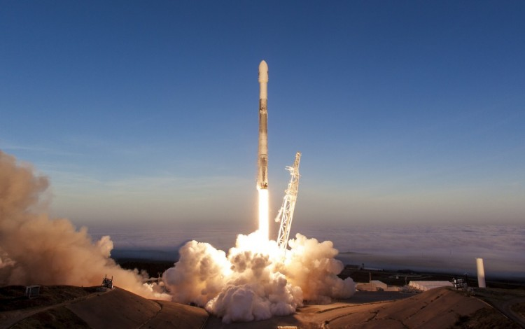Un cohete expulsando fuego y humo en su despegue.