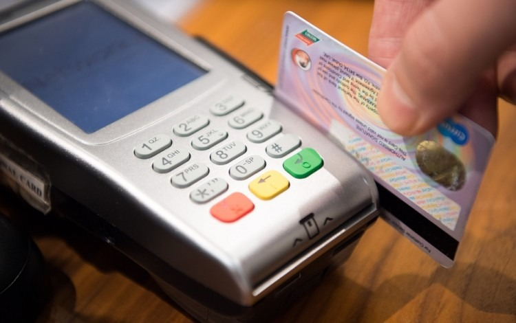 persona_haciendo_pago_con_tarjeta_credito_