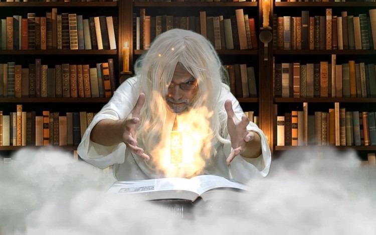 Imagen del personaje de Tatica Dios en medio de una biblioteca.