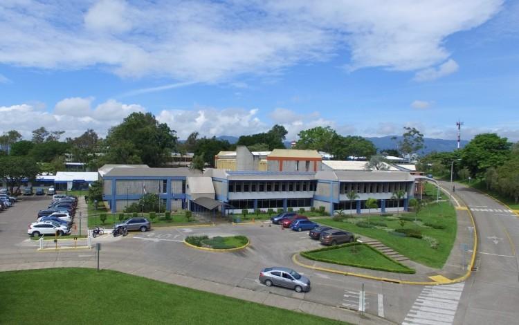 Foto aérea de la entrada principal, se observa la Rectoría.